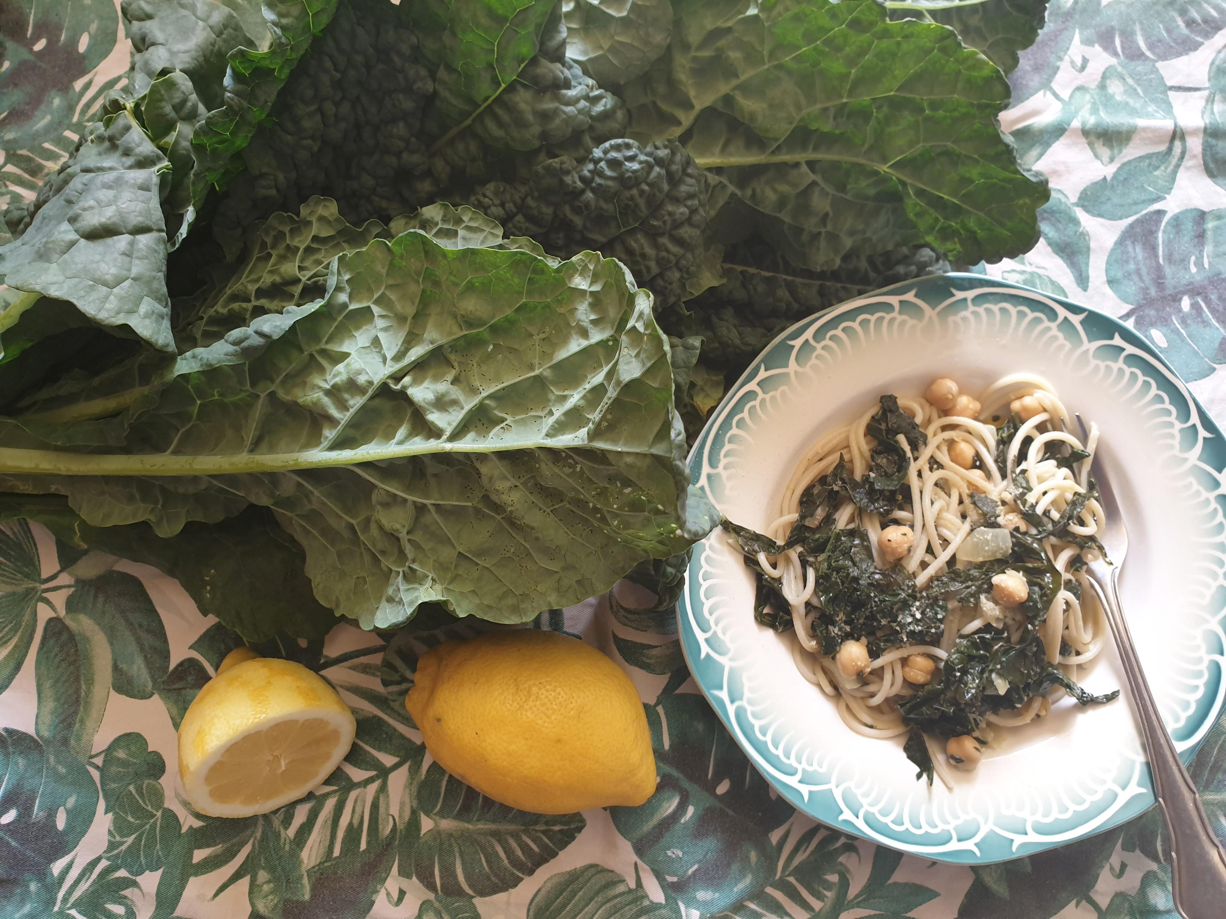 Uitgelichte foto voor het bericht Pasta met palmkool, kikkererwten en citroen