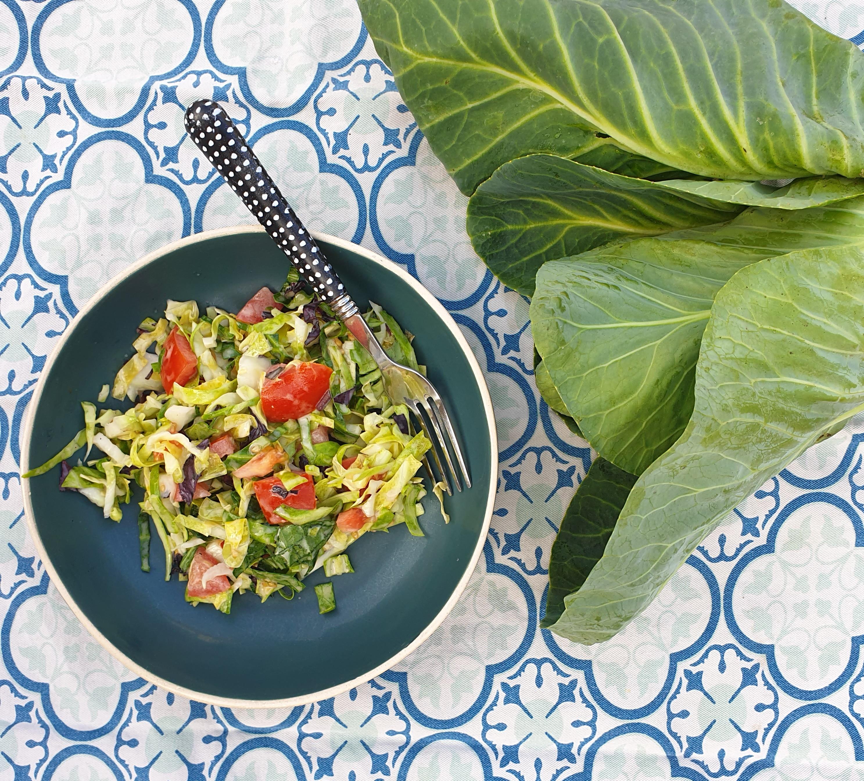 Uitgelichte foto voor het bericht Spitskoolsalade met tomaat en basilicum