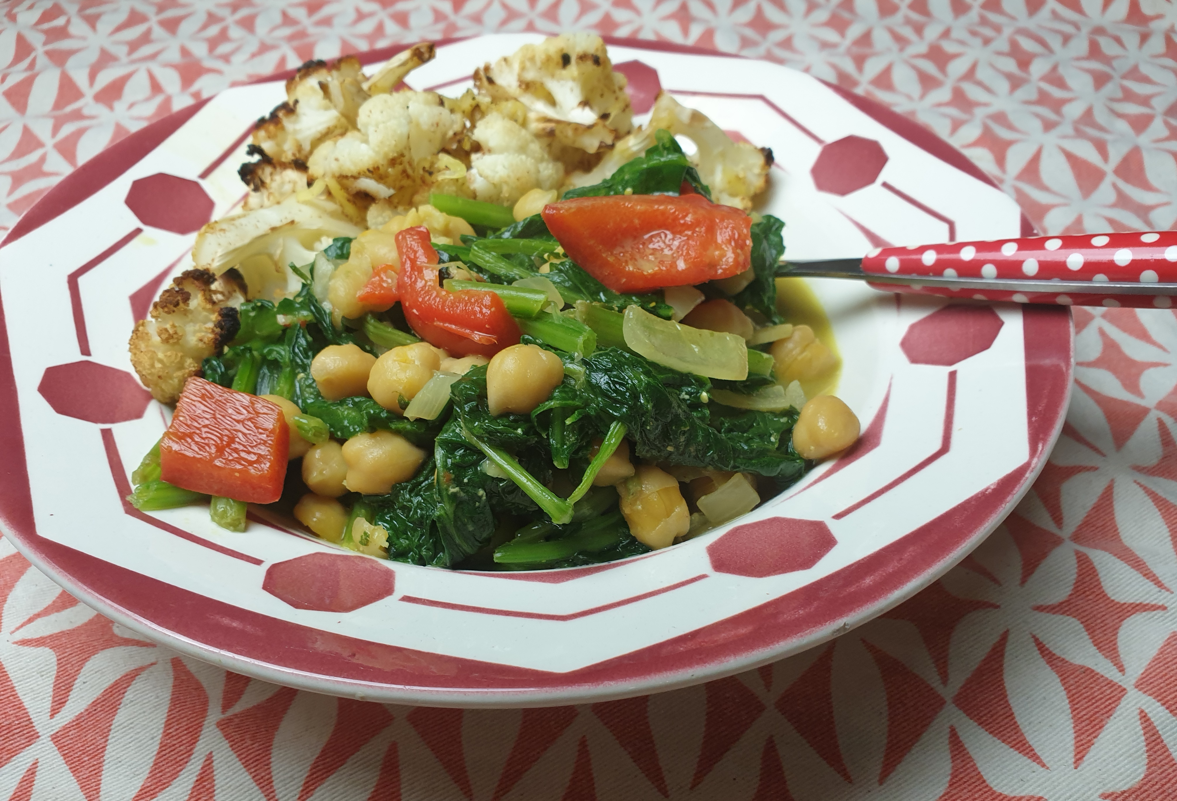 Uitgelichte foto voor het bericht Vegan kikkererwtencurry met spinazie